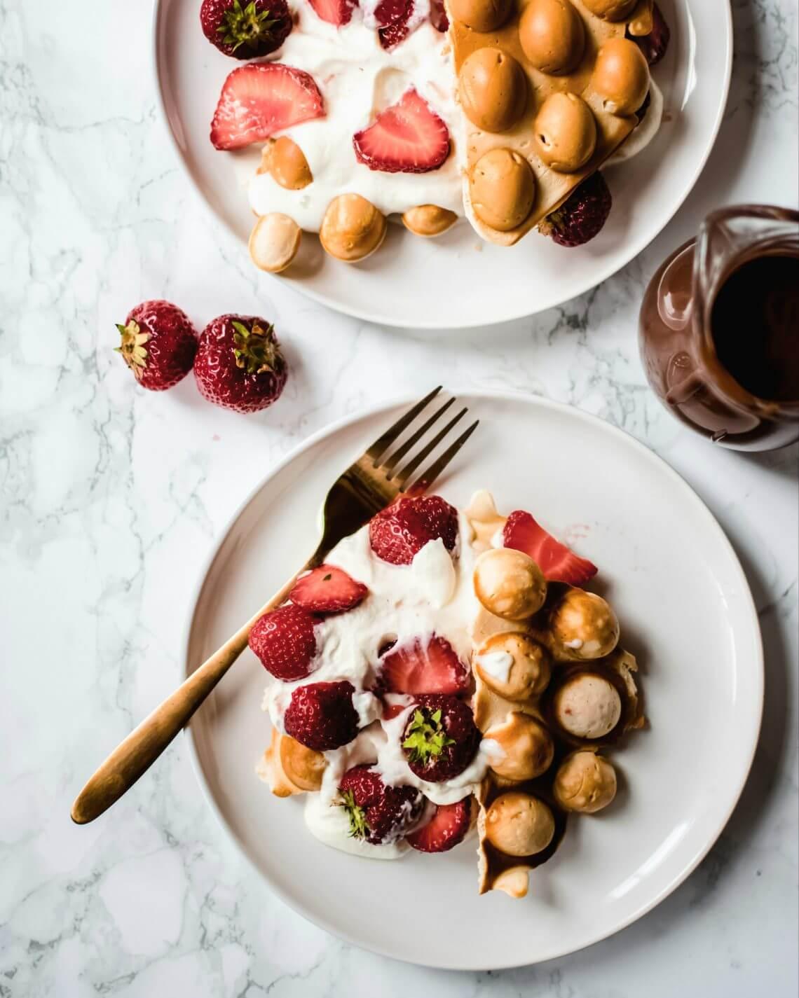 bubbelwafels met slagroom en aardbeien