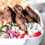 bifteki met tzatziki, pita en een griekse salade