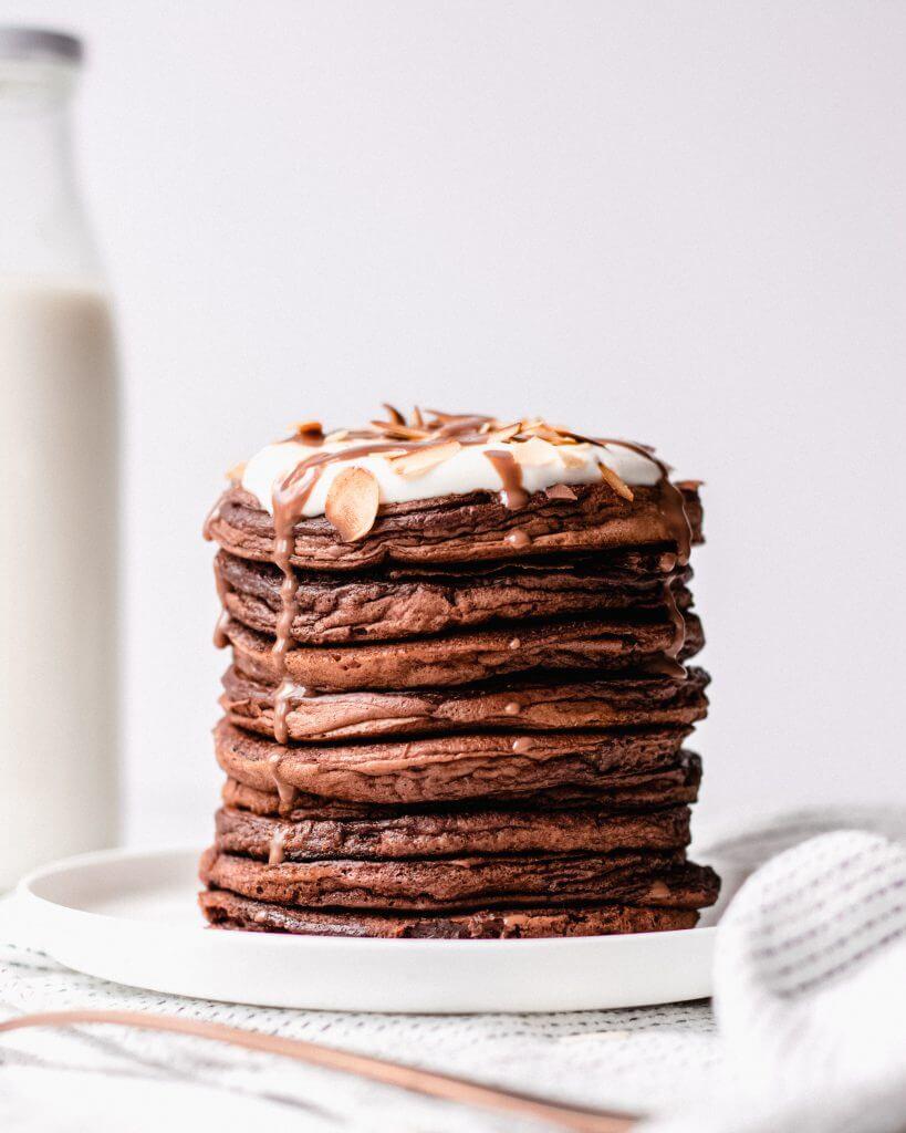 Chocolade pannenkoeken met slagroom, amandelen en een chocoladesaus