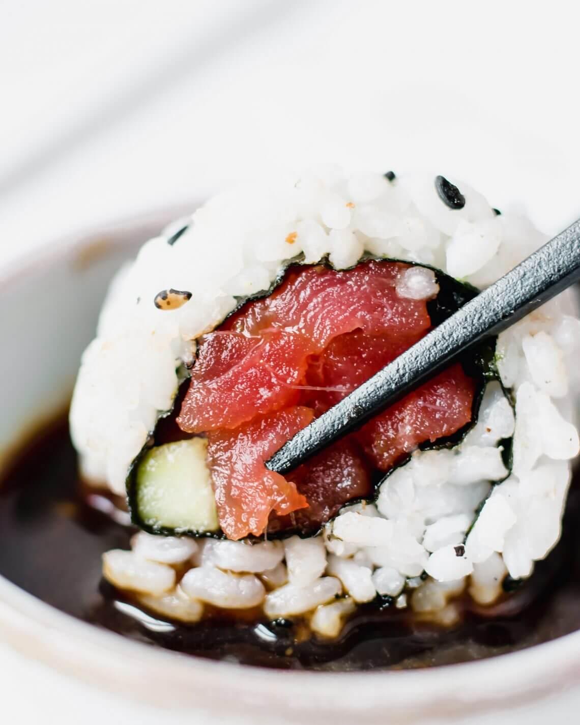 sushi met pittige tonijn