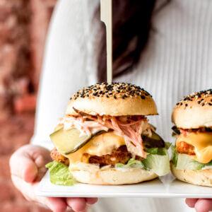 kipburger met cheddar en augurk