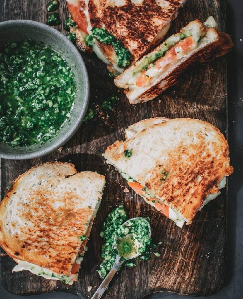 tosti met brie, tomaat en pesto
