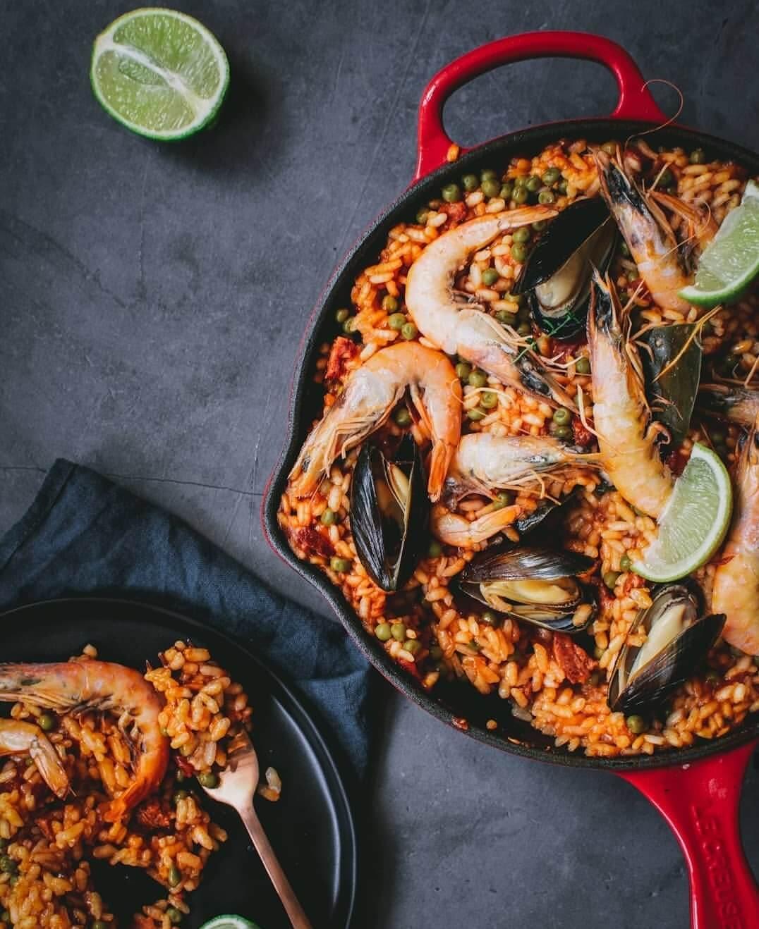 paella met garnalen en mosselen en chorizo