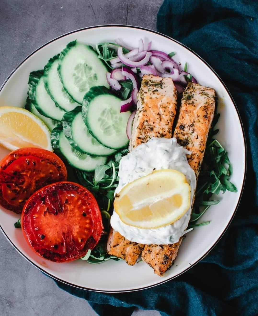 salade met gemarineerde zalm en tzatziki