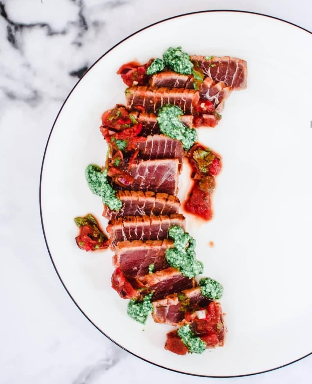 tonijn tataki met pesto en salsa