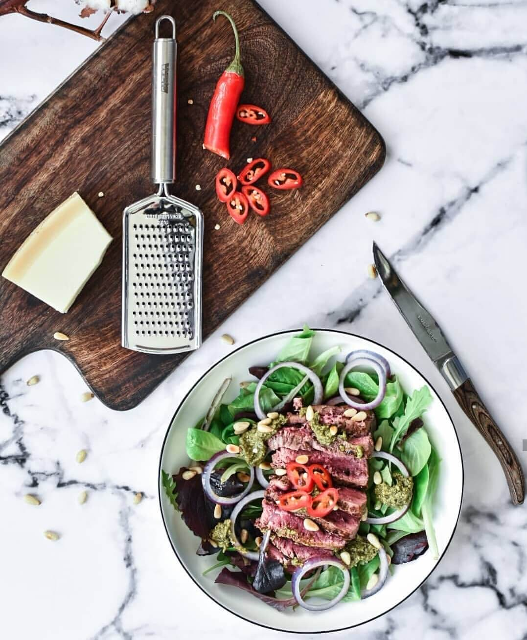 Salade met biefstukreepjes en pesto