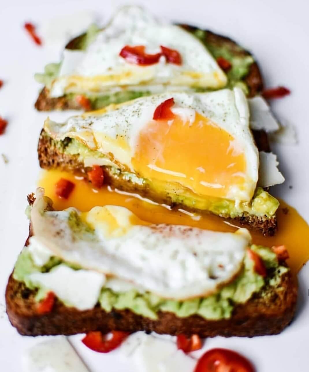 toast met avocado en een gebakken ei