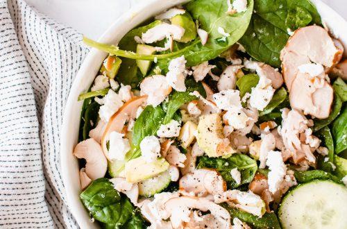 Salade met avocado, geitenkaas en gerookte kip