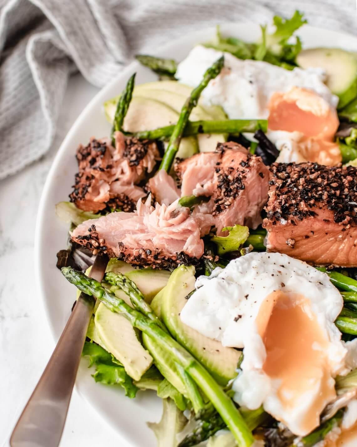 Salade met gerookte zalm, asperge, avocado en ei