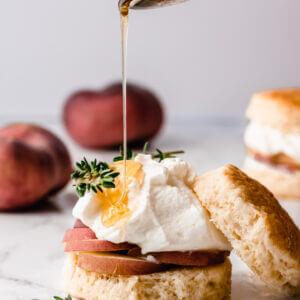 scones met perzik en clotted cream
