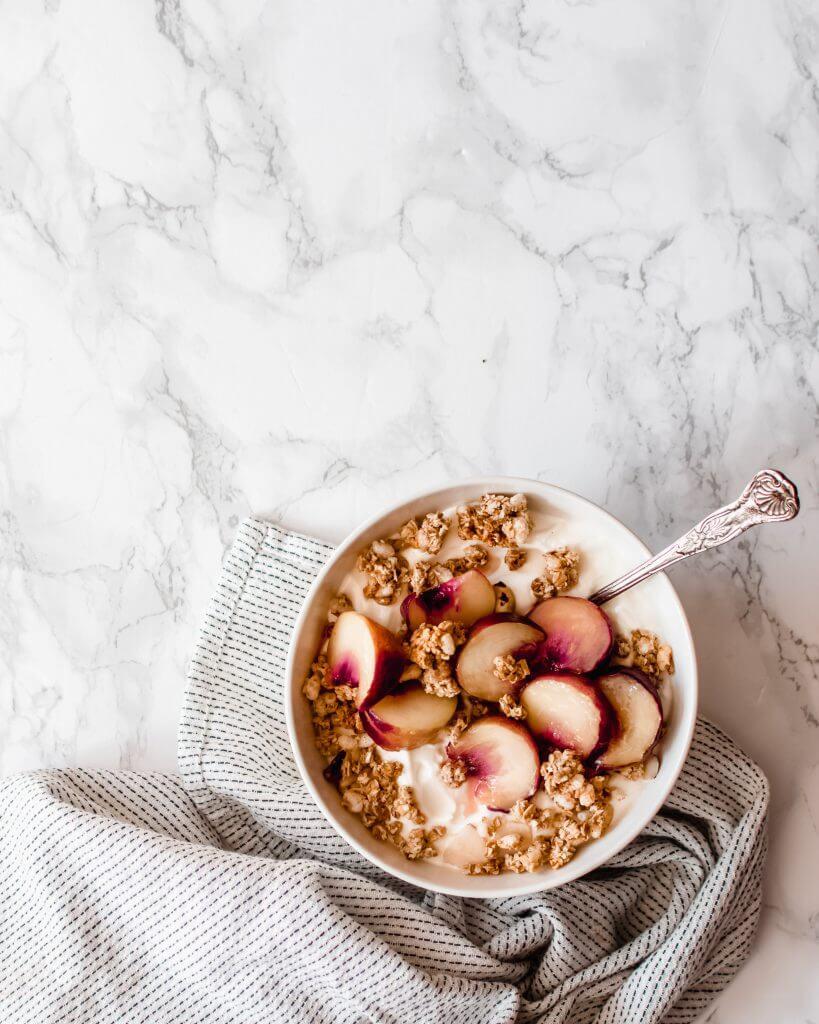Griekse yoghurt met warme perzik en homemade granola