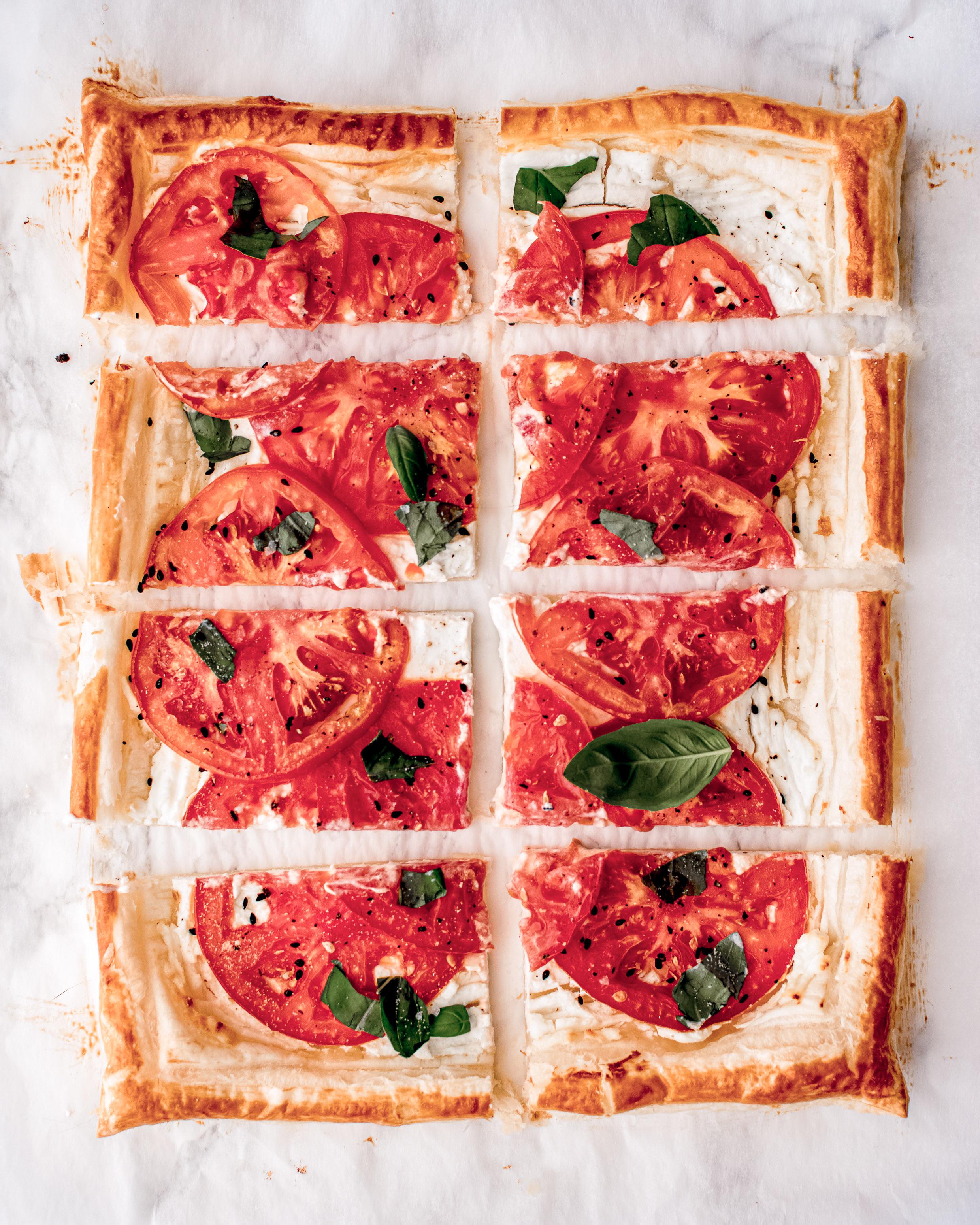 plaattaart met tomaat en geitenkaas