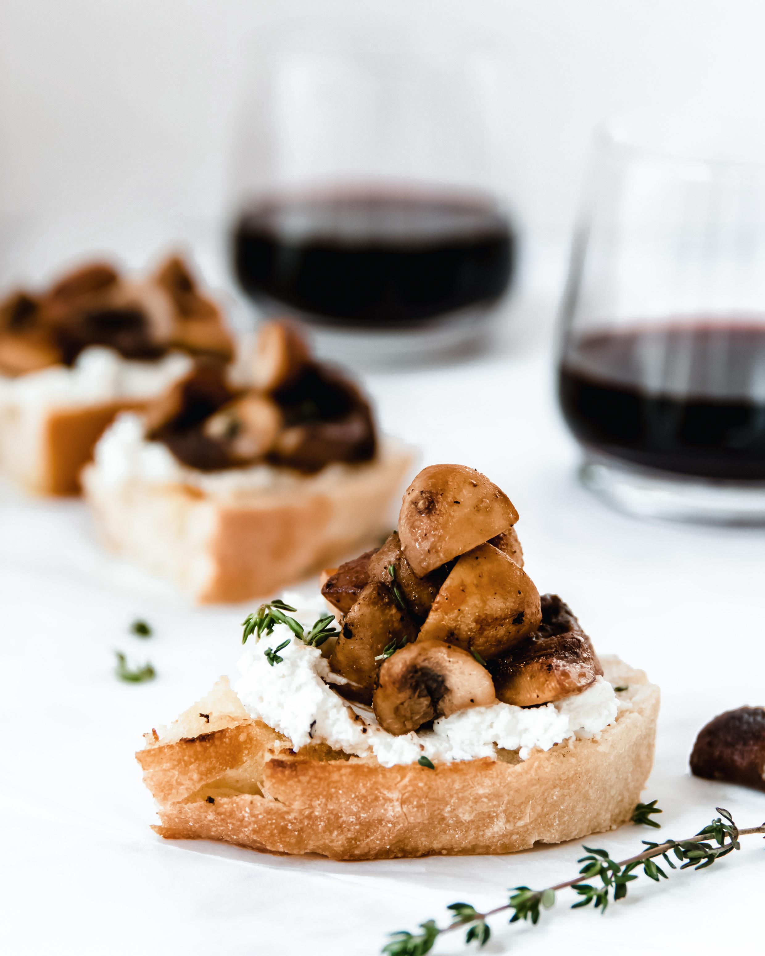 Crostini met geitenkaas en paddenstoelen