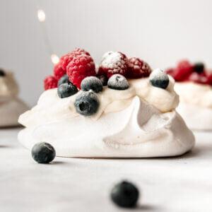 Pavlova met fruit