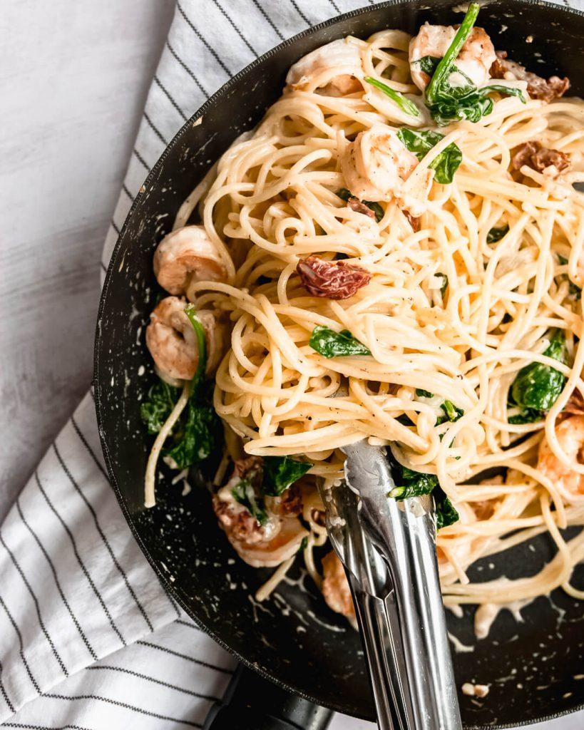 Spaghetti met spinazie, garnalen en zongedroogde tomaat
