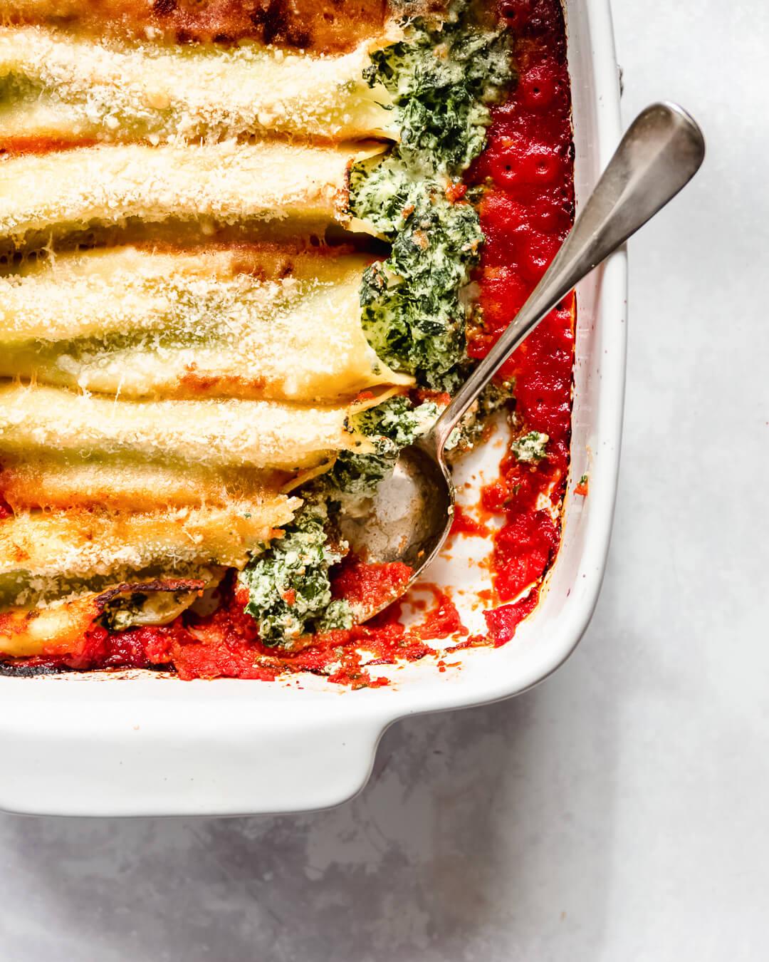 Spinazie ricotta cannelloni in tomatensaus
