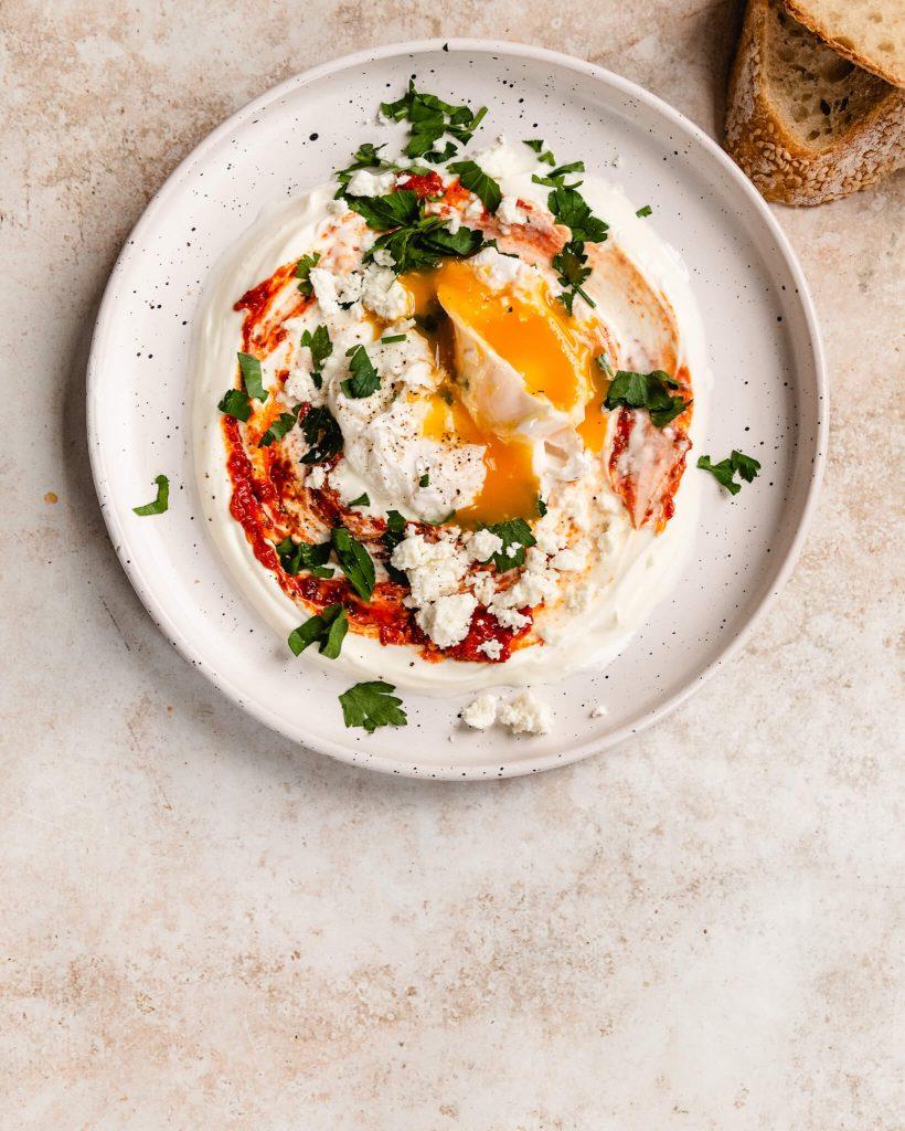 Turkse eieren met yoghurt en harissa