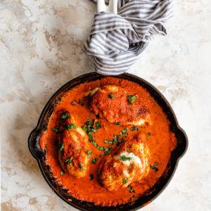 Kip gevuld met mozzarella in een paprika roomsaus