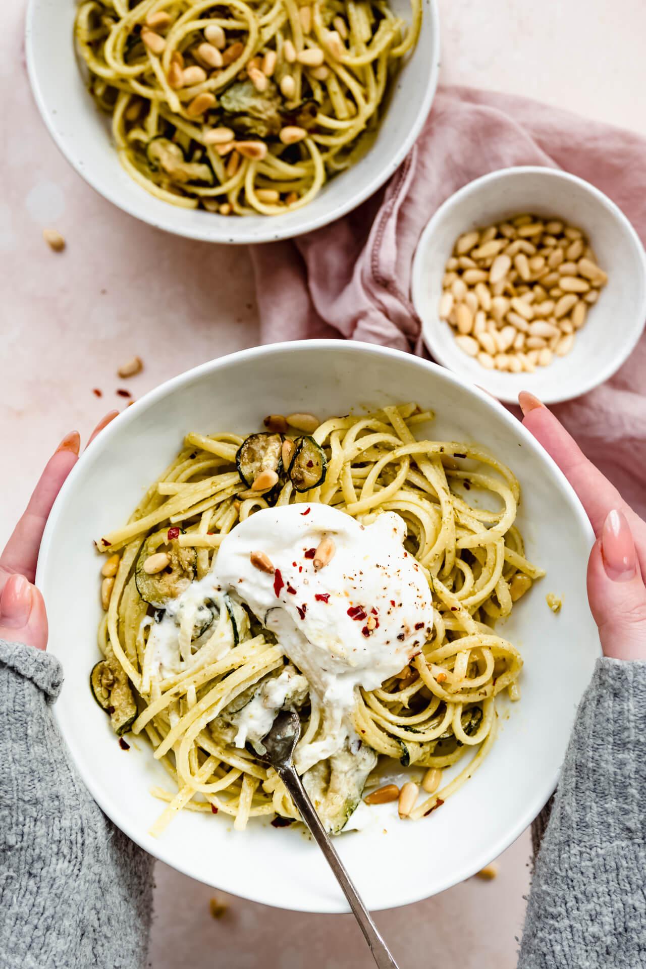 Pasta pesto met gegrilde courgette en burrata