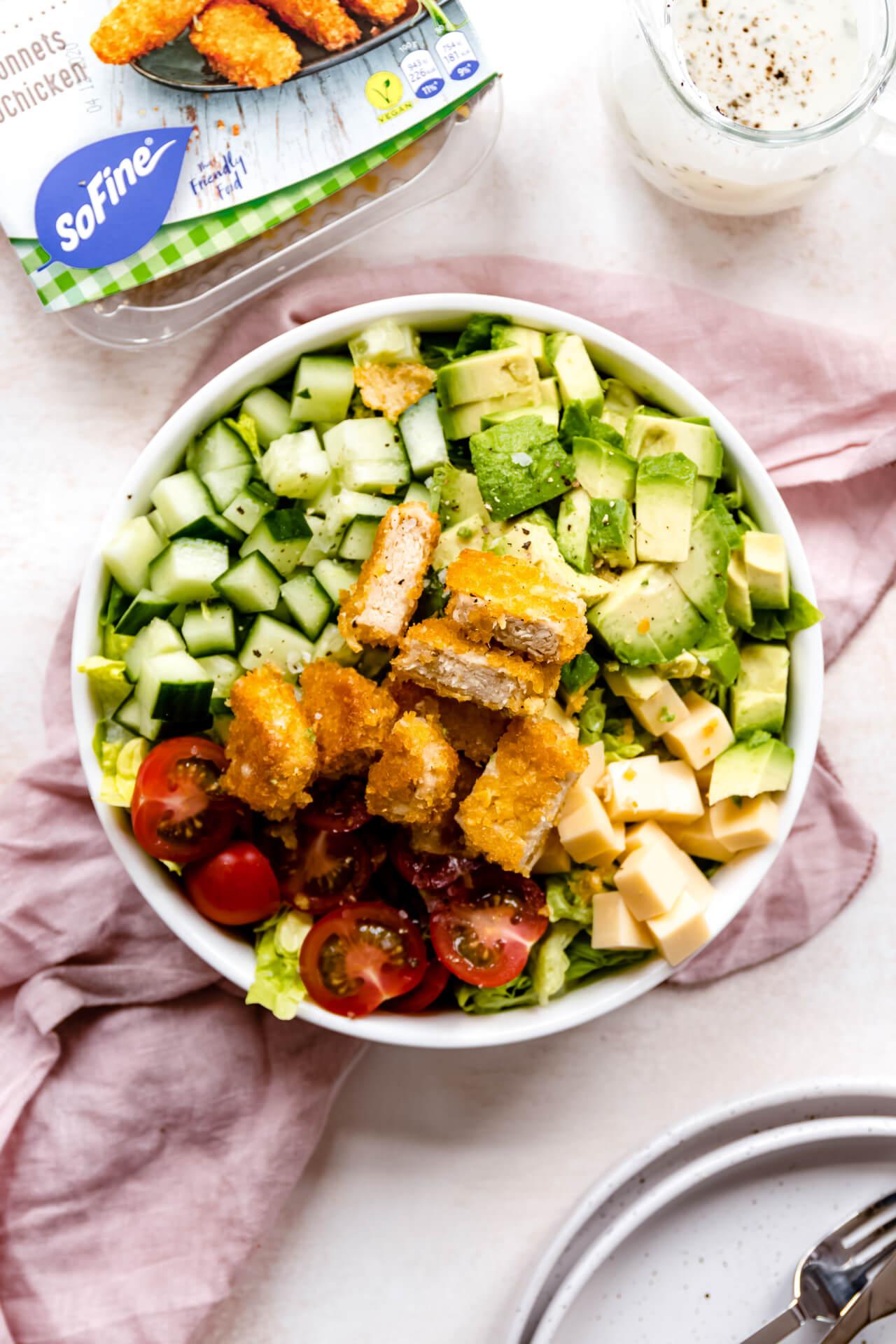 Cobb salade met krokante SoChicken en een ranch dressing