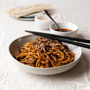Vegan pittige udon noodles met champignons