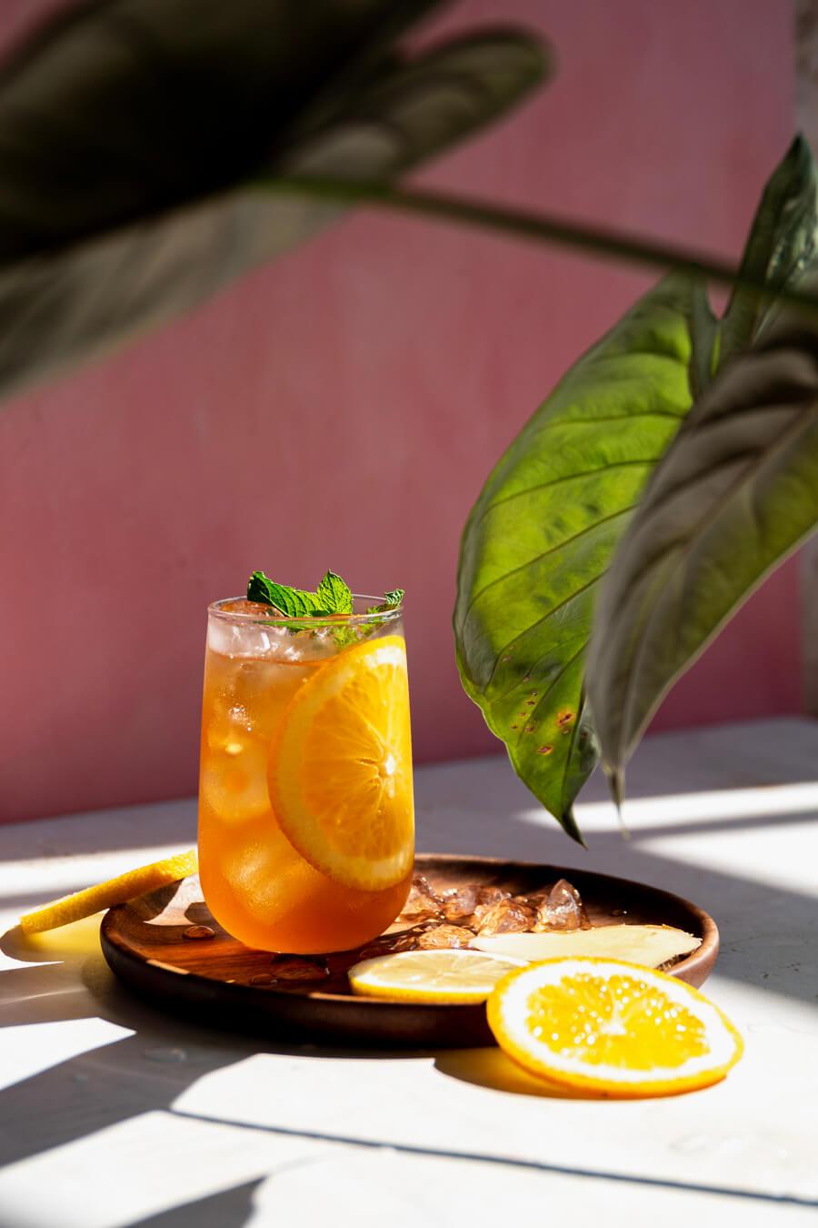 IJsthee met gember, sinaasappel, citroen en munt
